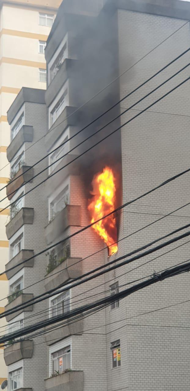 Após discussão com marido, mulher provoca incêndio no próprio apartamento, em BH