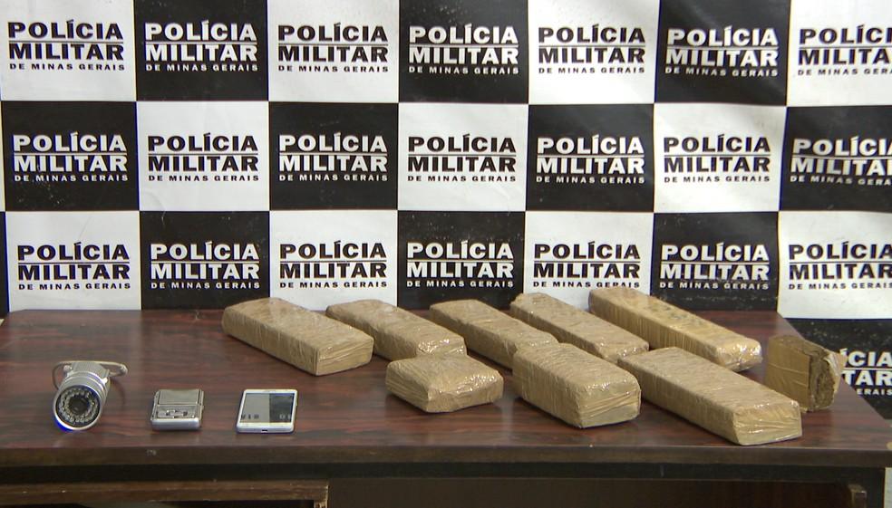 Tabletes de maconha apreendidos em Itaúna (Foto: Polícia Militar de Itaúna/Divulgação)