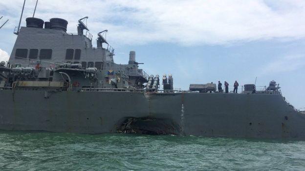 Esta foi a destruição no lançador de mísseis USS John S. McCain que resultou de uma colisão com um navio petroleiro de bandeira da Libéria perto do Estreito de Malaca (Foto: REUTERS/BBC)