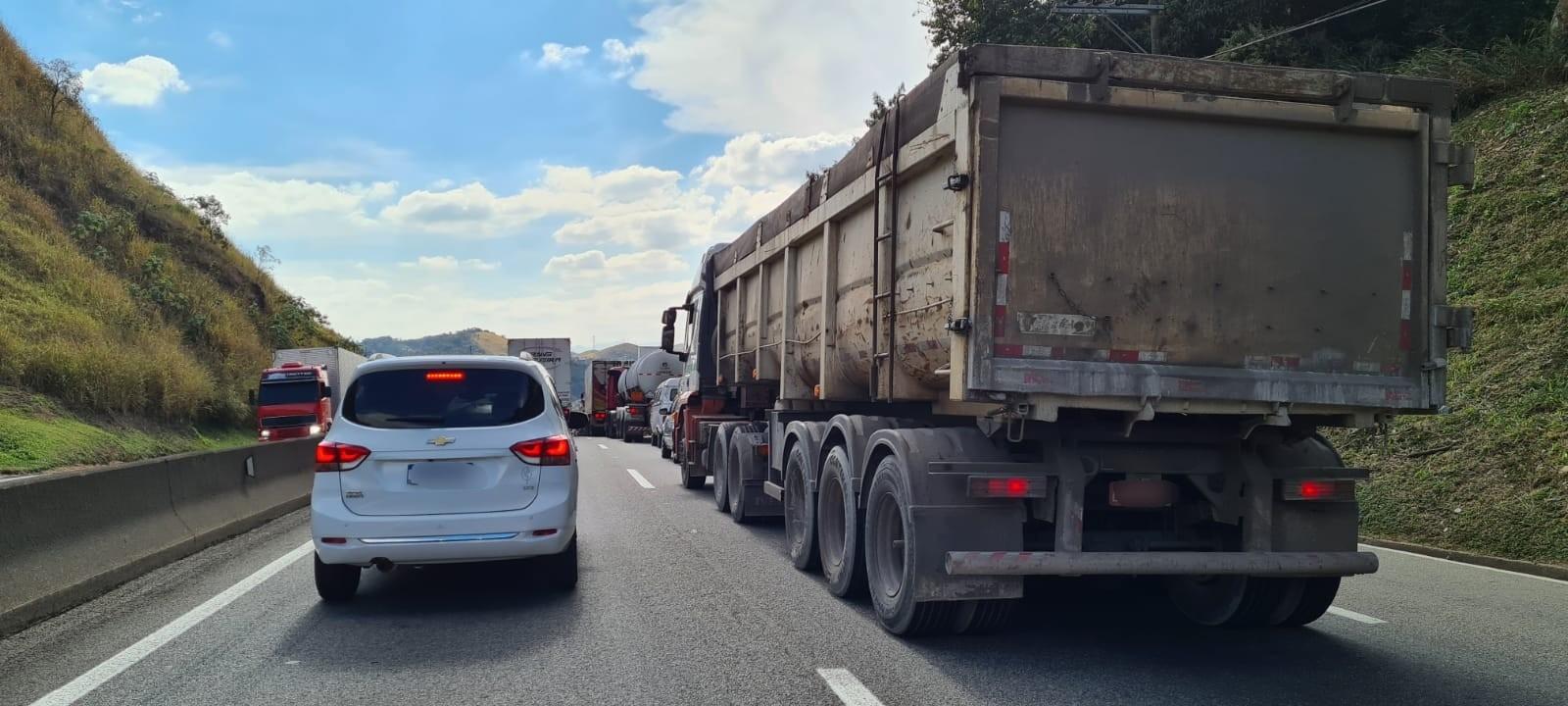 Motoristas enfrentam congestionamento em trecho com obra na Dutra, em Barra Mansa