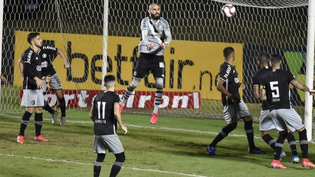 Vanderlei, do Vasco, em ação contra o Sampaio Corrêa