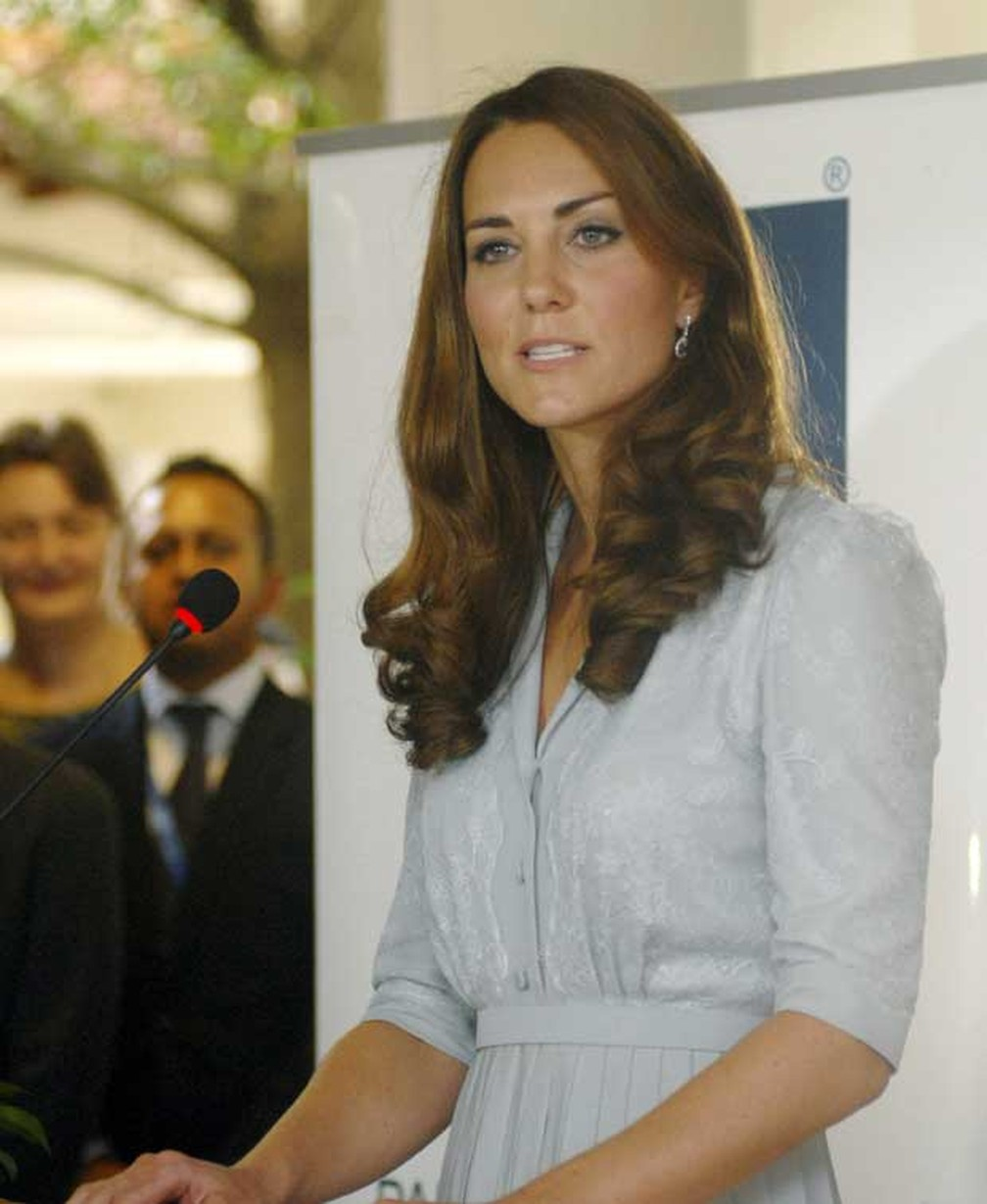 A britânica Kate Middleton, duquesa de Cambridge, apresenta discurso em Kuala Lumpur, Malásia, nesta quinta-feira (13) — Foto: AP
