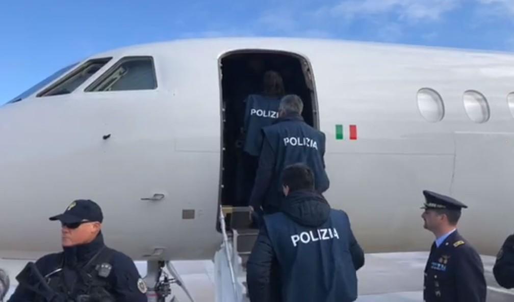 Políci italiana entra em avião com Cesare Battisti em aeroporto em Roma — Foto: Reprodução/Facebook/ Matteo Salvini