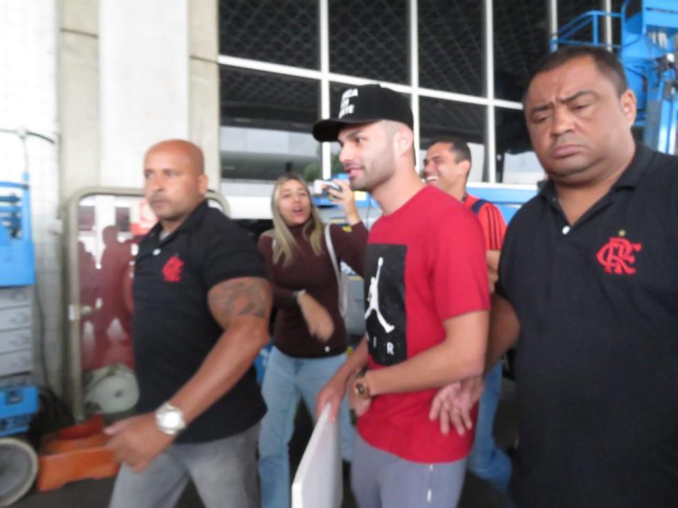 Thiago Maia chegou ao Rio de Janeiro na manhã deste domingo — Foto: Felipe Schmidt/GloboEsporte.com