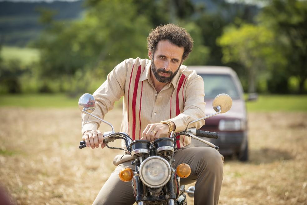Cesar Ferrario é Adão, irmão de Ademir (Genézio de Barros), em 'A Dona do Pedaço' — Foto: TV Globo/João Miguel Jr.