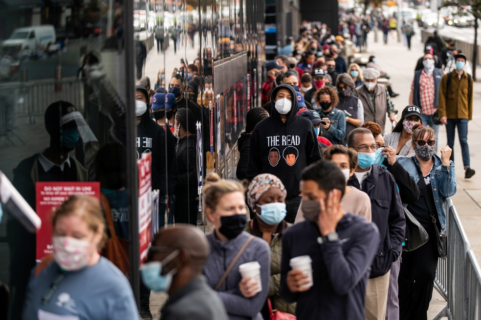 Eleitores americanos fazem fila para votar antecipadamente no Brooklyn, em Nova York, no sábado (24) — Foto: Jeenah Moon/Reuters