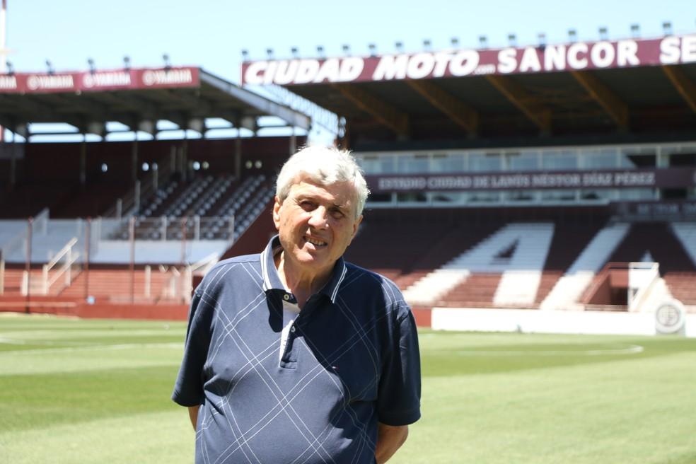 Néstor Díaz Pérez e ao fundo seu nome no estádio (Foto: Eduardo Moura/GloboEsporte.com)