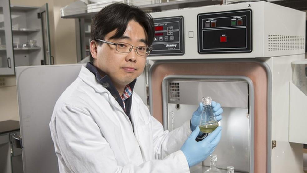O pesquisador Seokheun Choi trabalha há cinco anos nas baterias que usam papel e são alimentadas por bactérias (Foto: Jonathan Cohen/Universidade de Binghamton)