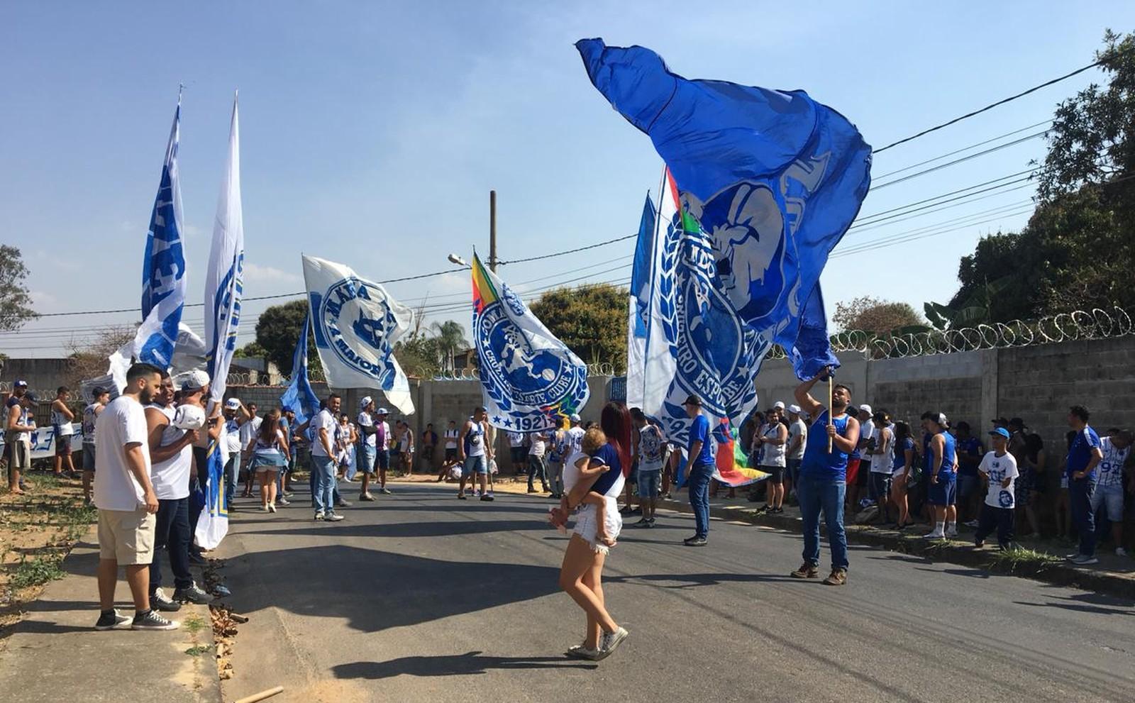 Torcida protesta na Toca da Raposa (Foto: Isamara Fernandes)