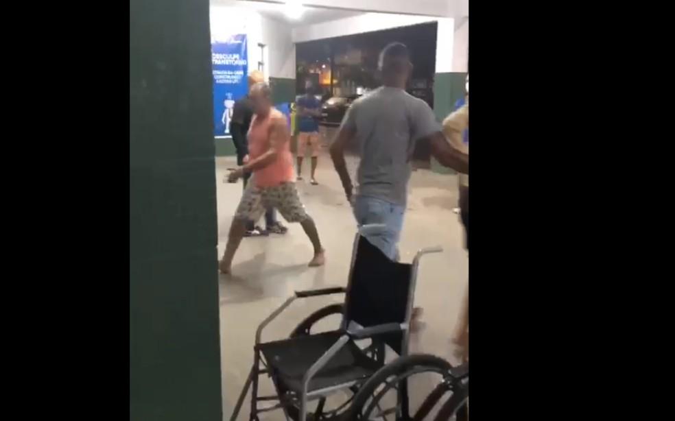 Homem entrou em surto psiquiátrico após chegar no Hospital Municipal de Simõs Filho — Foto: Reprodução/Redes Sociais