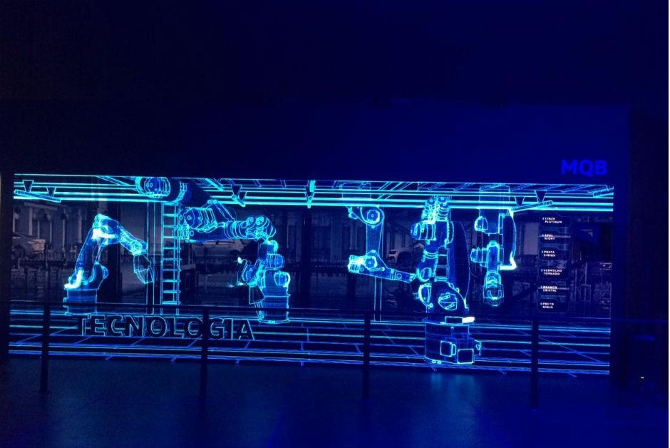 Na atração MQB, o visitante comanda em um painel interativo a montagem de um carro da VW. Ao andar para frente, o carro vai sendo construído. Ao andar para trás, a linha de produção desfaz o processo (Foto: Mariana Rudzinski)