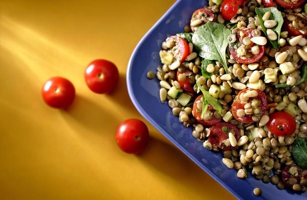 Salada de lentilhas, tomates, abobrinha e rúcula (Foto: Getty Images)