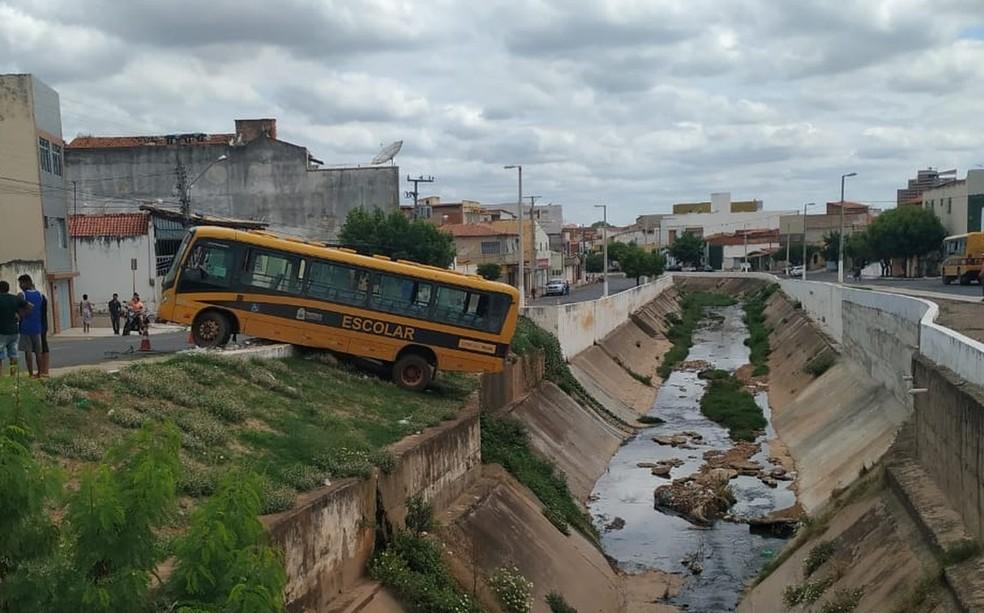 Ônibus ficou pêndulo às margens de canal em Crato após falha no freio — Foto: Valéria Alves/SVM