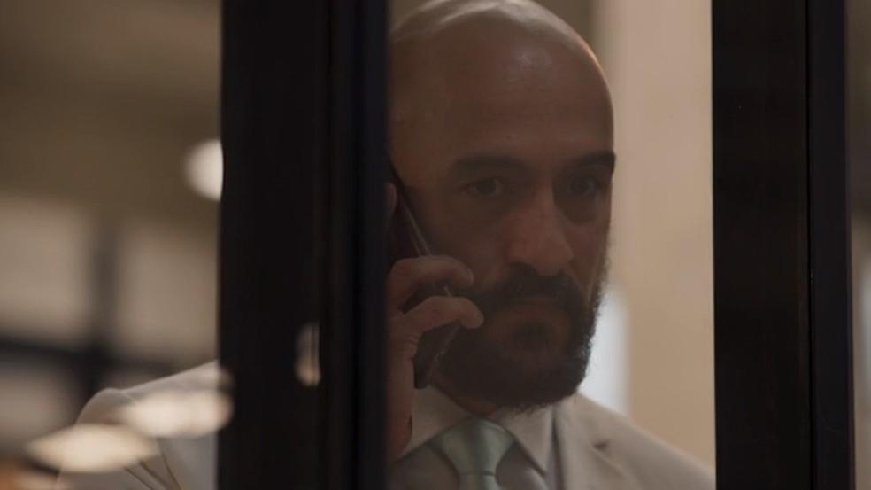 Álvaro fica preocupado com os últimos acontecimentos — Foto: Globo