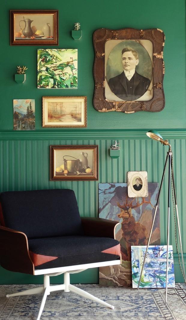 Décor do dia: muitos quadros na parede verde (Foto: REPRODUÇÃO)