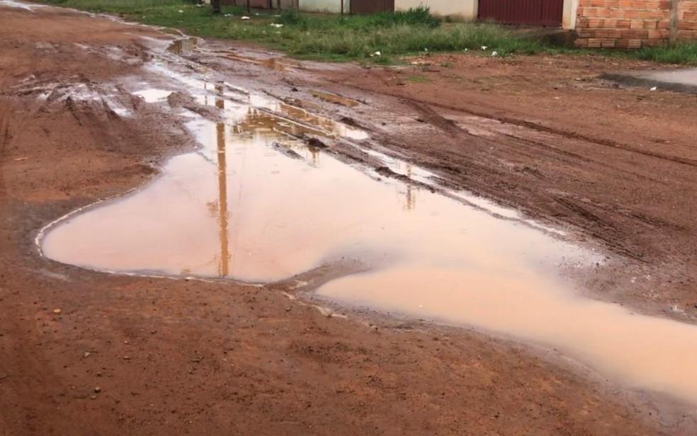 Rua sem asfalto está cheia de lama em bairro de Aparecida de Goiânia — Foto: Millena Barbosa/TV Anhanguera
