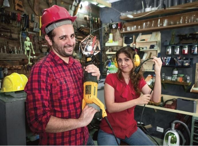 Iberê Thenório e Mariana Fulfaro no estúdio que criaram para gravar os vídeos do canal Manual do Mundo, na zona oeste de São Paulo ( (Foto: Julia Rodrigues e Tomás Arthuzzi)