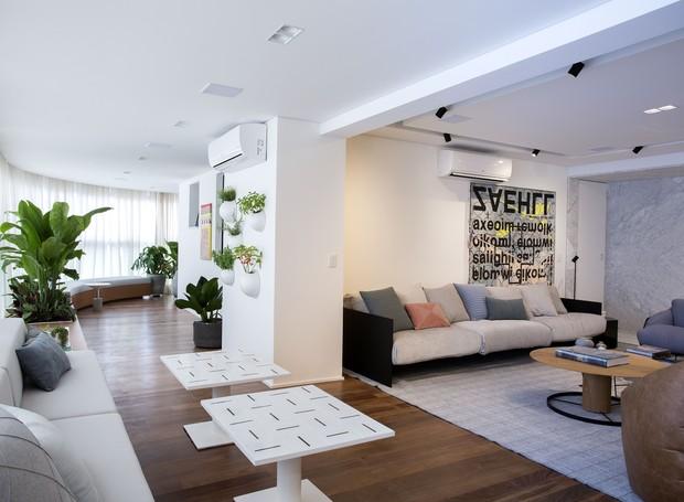As mesas auxiliares, com altura regulável, complementam o mobiliário do living e criam cenário para refeições informais (Foto: Marcelo Ribeiro/Divulgação)