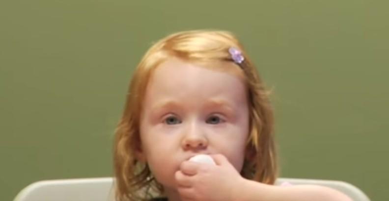 Menina no teste do marshmallow (Foto: Reprodução Youtube)