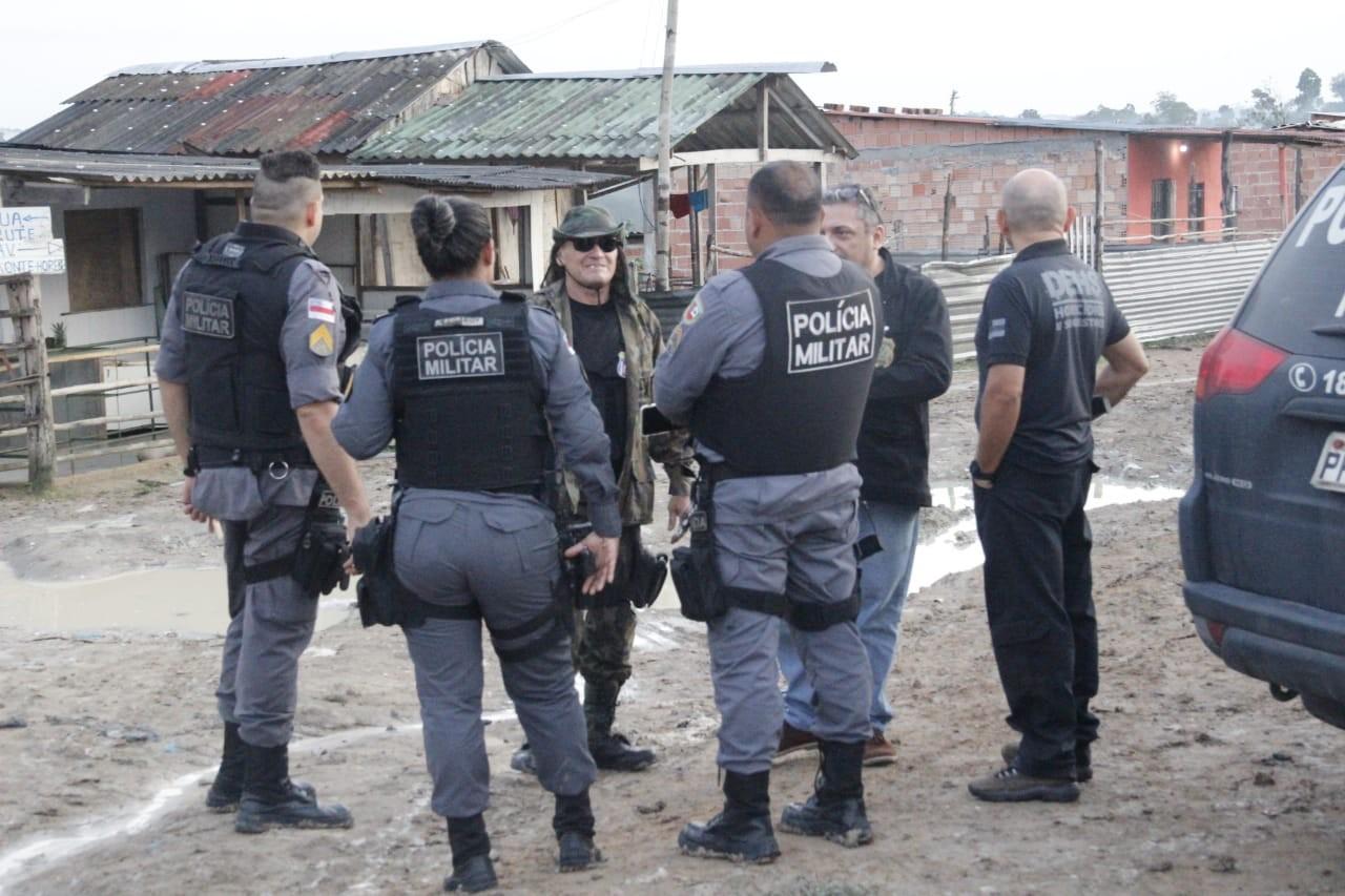 Polícia monta esquema em área vermelha para fazer remoção de corpo após execução em invasão de Manaus  - Notícias - Plantão Diário