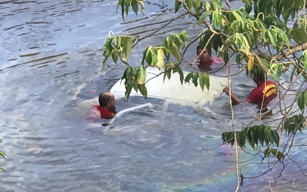 Motorista escapa após carro cair de ponte e afundar em rio de Águas Lindas de Goiás — Foto: Corpo de Bombeiros/Divulgação
