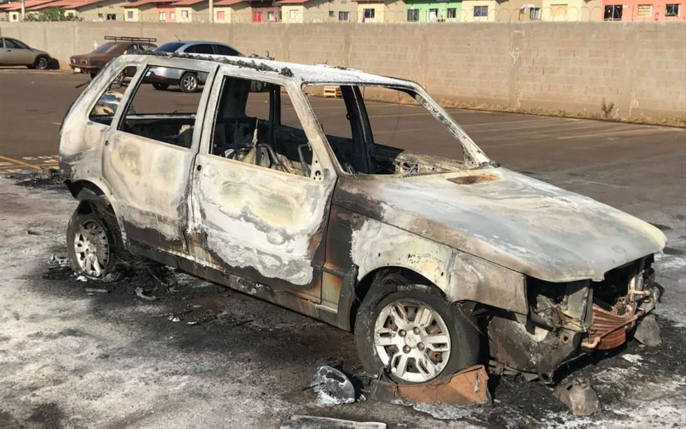 -  Carro ficou completamente destruído em razão do incêndio  Foto: Osni Miranda/TV Morena