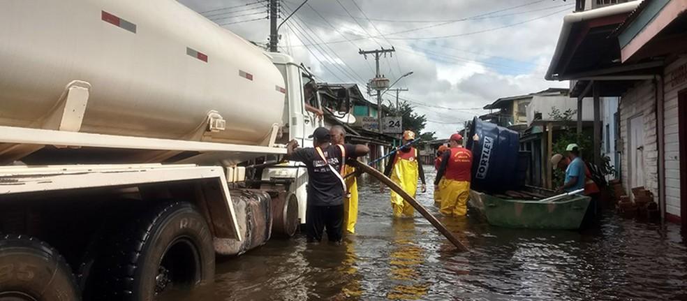-  Locais inundados estão sendo abastecidos com carros-pipa e barcos  Foto: Governo do Amapá/Divulgação