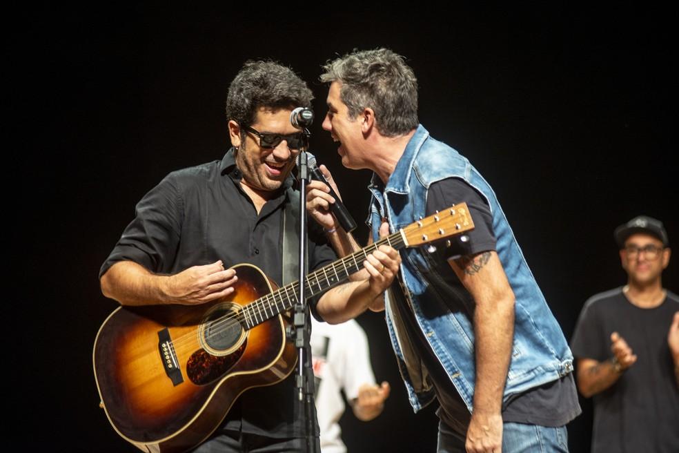 Wilson Sideral e Rogério Flausino em show com homenagem a Cazuza — Foto: Divulgação