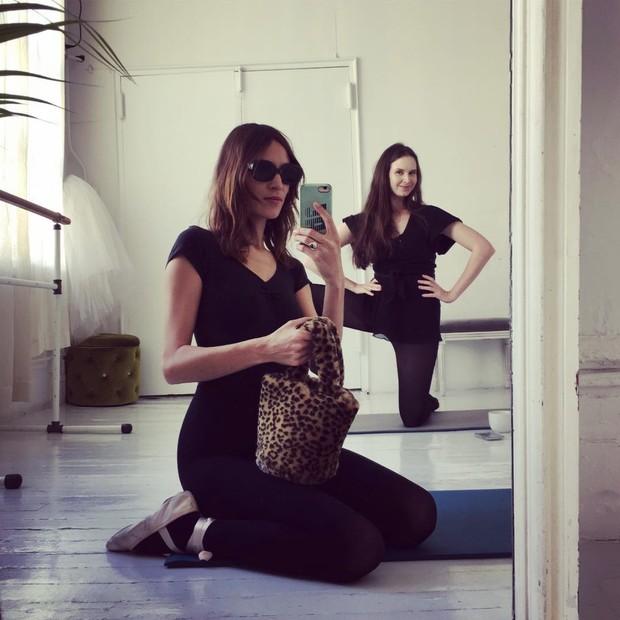 Alexa Chung e sua Teddy bag (Foto: Instagram Alexa Chung/ Reprodução)
