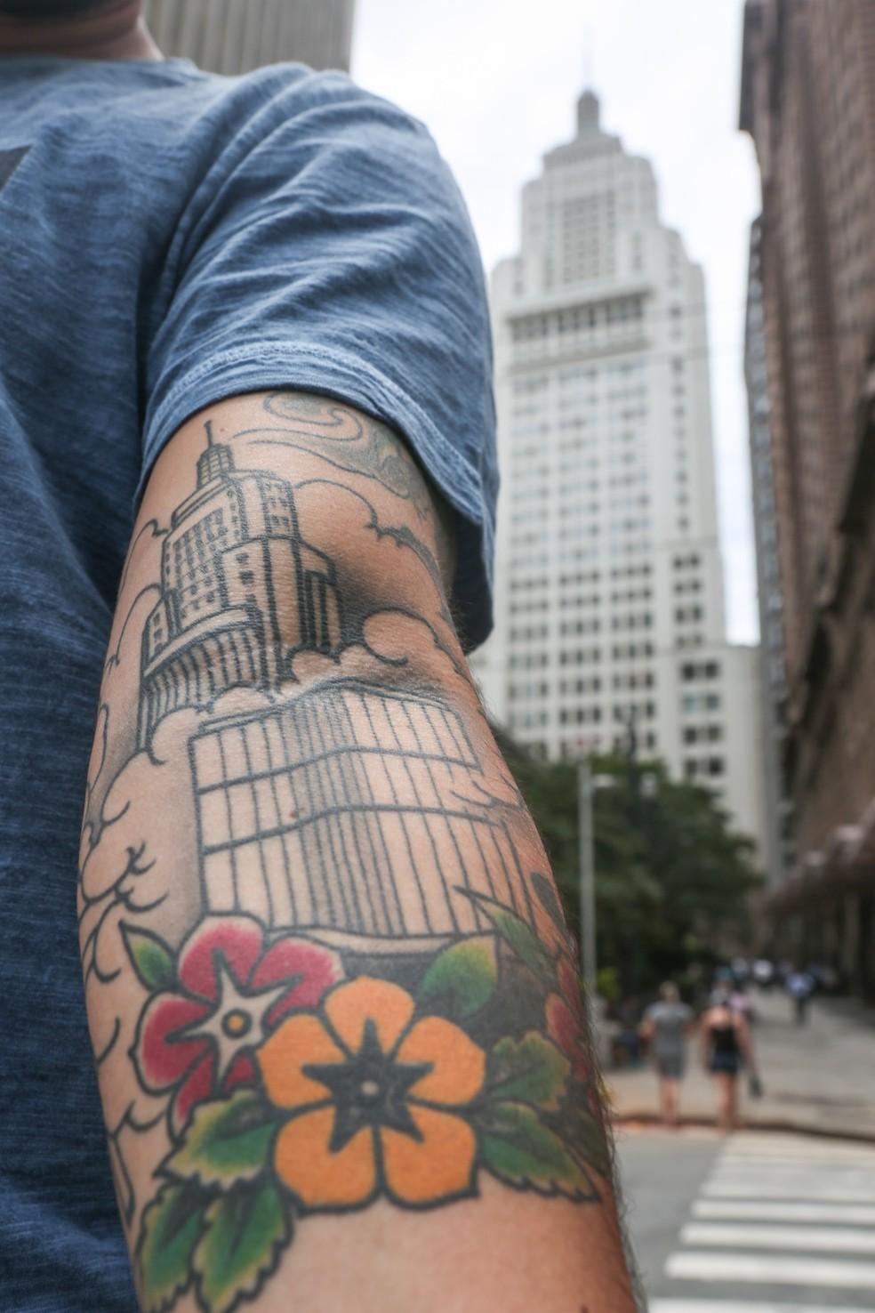 Além do arranha-céu, a tattoo de Leandro inclui um desenho do Copan e, mais acima, uma praia em referência a Santos, sua cidade natal (Foto: Fábio Tito/G1)