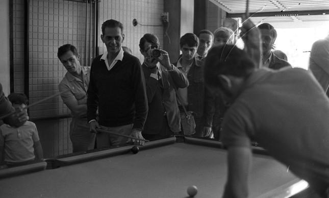 O treinador João Saldanha joga sinuca com jogadores da seleção, em 1970
