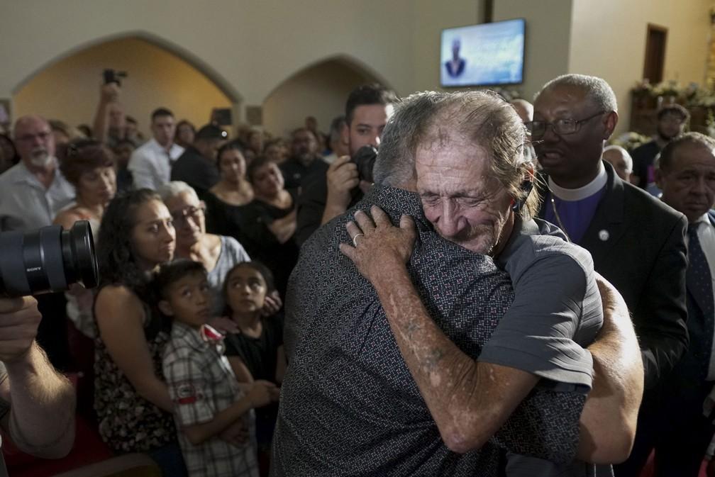 Antonio Basco recebe abraços durante homenagem para sua esposa, Margie Reckard, que morreu em ataque a tiros em El Paso, no Texas — Foto: Sandy Huffaker/Getty Images América do Norte/AFP
