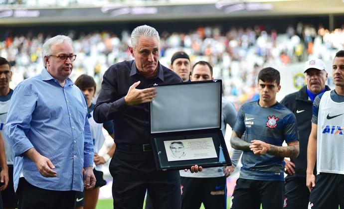 Tite recebe homenagem no Corinthians (Foto: Marcos Ribolli)