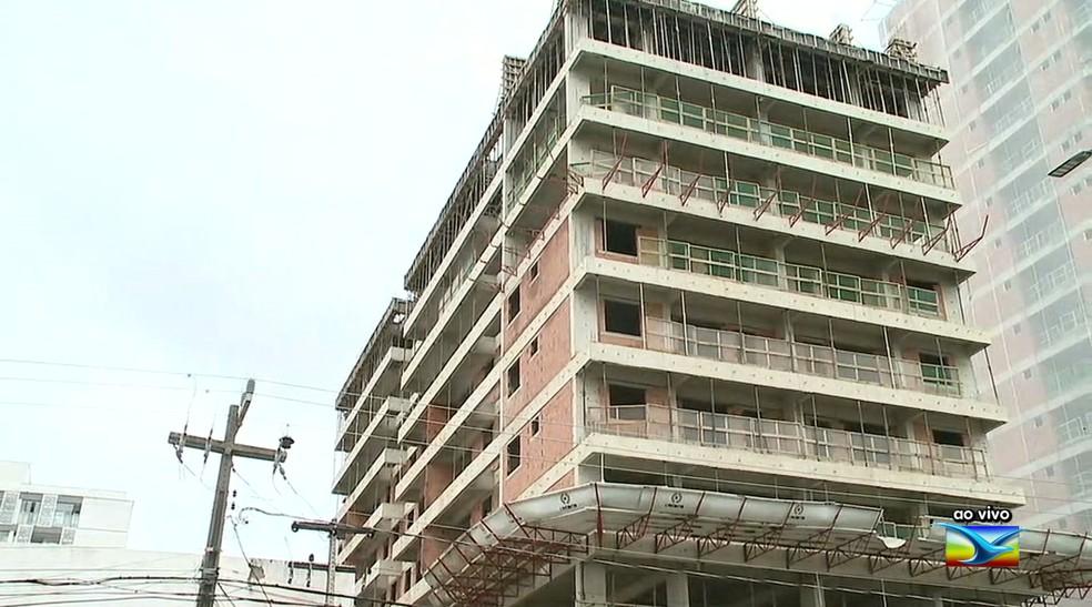 Operário de 59 anos morreu após cair do prédio em construção localizado na península da Ponta d'Areia, na capital. — Foto: Reprodução/TV Mirante