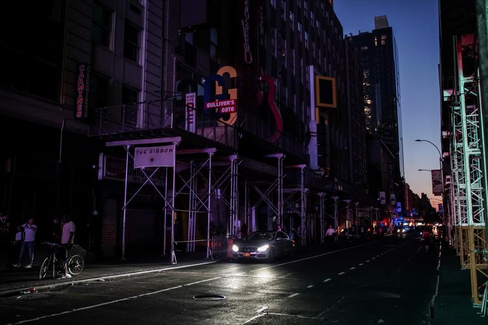 Prédios ficam no escuro após blecaute atingir parte de Nova York neste sábado (13) — Foto: Jeenah Moon/Reuters