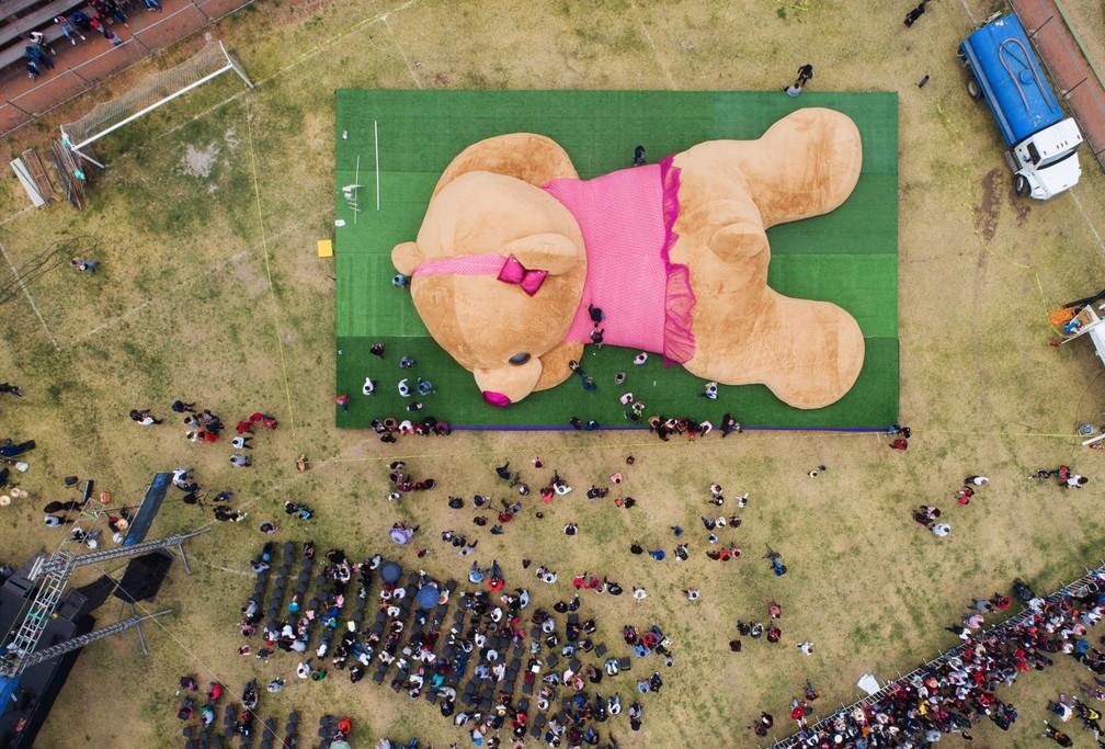 México bate recorde mundial com urso de pelúcia de 20 metros — Foto: Mario Vazquez/AFP