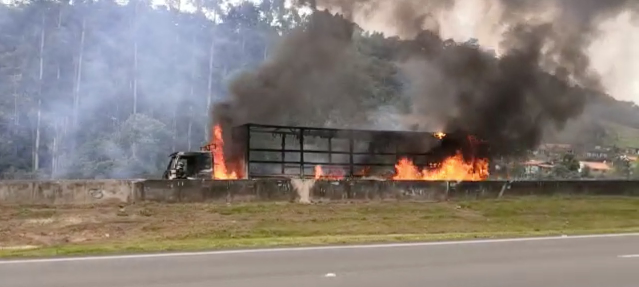 Caminhão pega fogo e interdita rodovia Dom Pedro I em Nazaré Paulista, SP