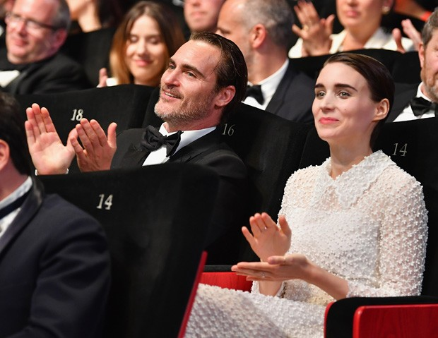 CANNES, FRANCE - MAY 28: Joaquin Phoenix (L) and Rooney Mara applaud during the Closing Ceremony of the 70th annual Cannes Film Festival at Palais des Festivals on May 28, 2017 in Cannes, France.  (Photo by Pascal Le Segretain/Getty Images) (Foto: Getty Images)