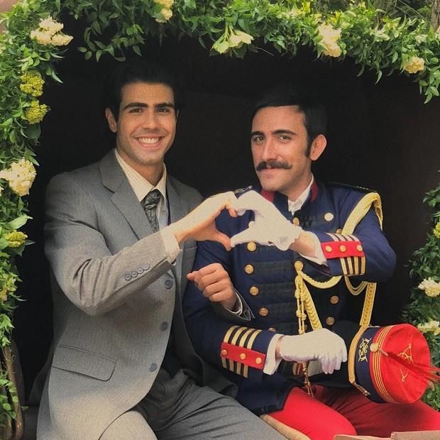 Casal  Luccino (Juliano Laham) e Otávio (Pedro Henrique Müller) em Orgulho e Paixão (Foto: Reprodução/Instagram)