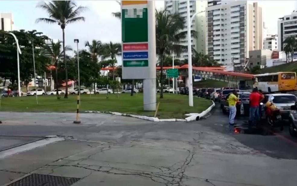 Fila gigante se formou no Posto dos Namorados, em Salvador (Foto: Maiana Belo/G1 BA)