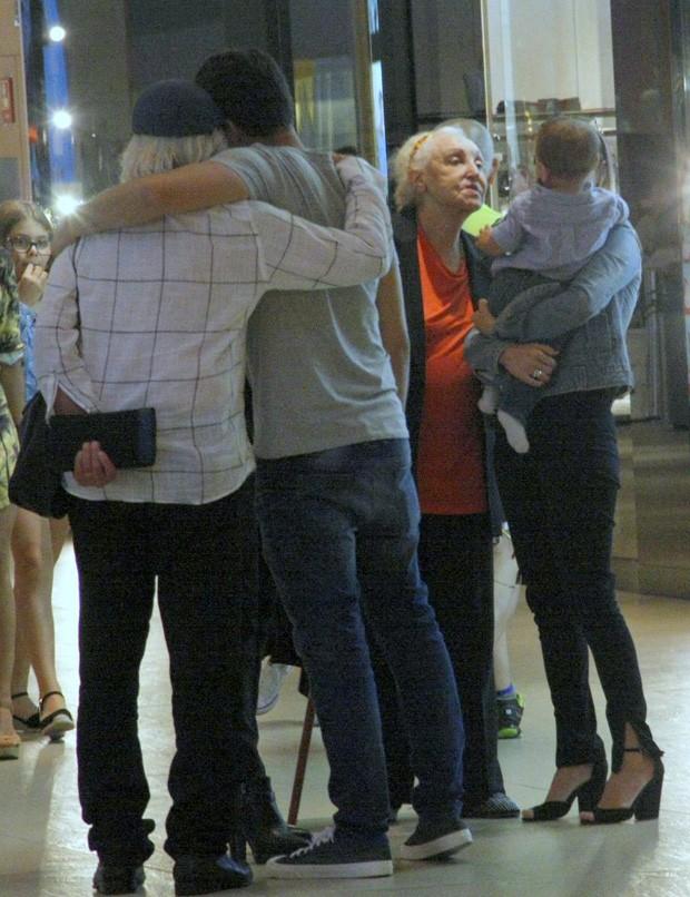 Christiane Torloni passeia família por shopping no Rio (Foto: J HUMBERTO / AGNEWS)