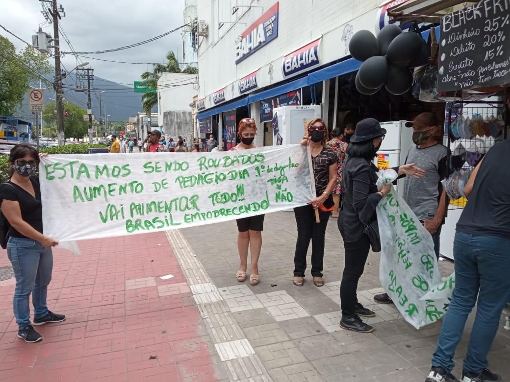 Grupo protesta contra o reajuste no valor dos pedágios em Cubatão, SP