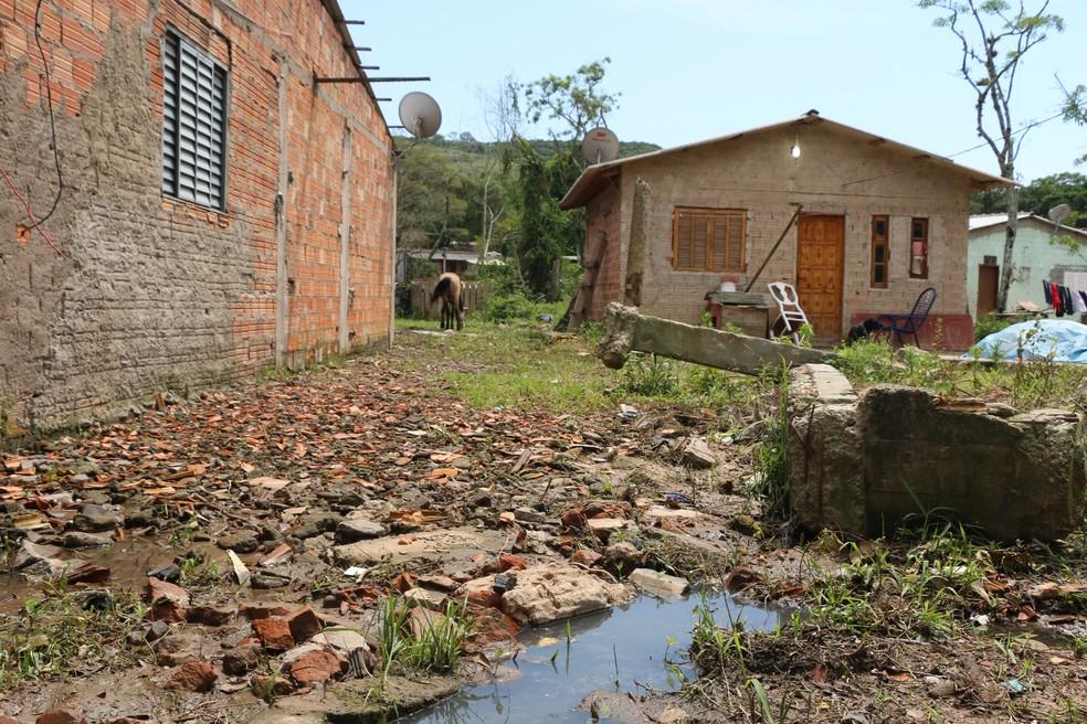 Em ocupação na Zona Sul de Porto Alegre esgoto corre a céu aberto e casas de madeira se alternam com de alvenaria (Foto: Hygino Vasconcellos/G1)