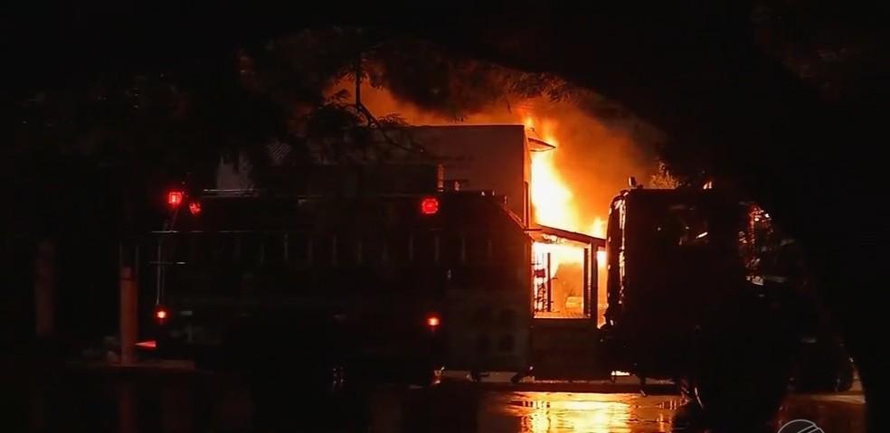 Bombeiros socorreram vítimas de casa em chamas  — Foto: TVCA/ Reprodução