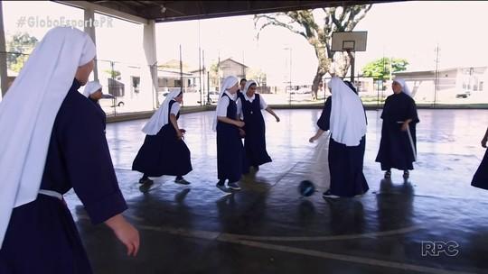 Carmelitas dos pés na bola: time de freiras quebra paradigmas e mita no futebol