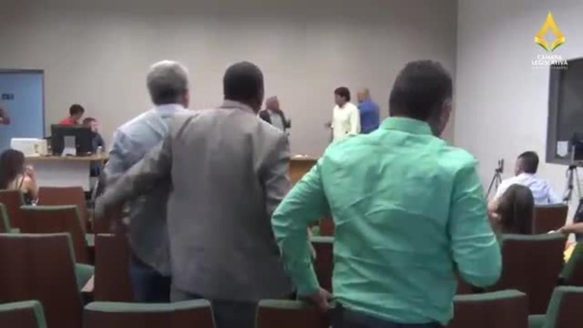 Distritais precisam ser contidos por seguranças após bate-boca na Câmara Legislativa; vídeo