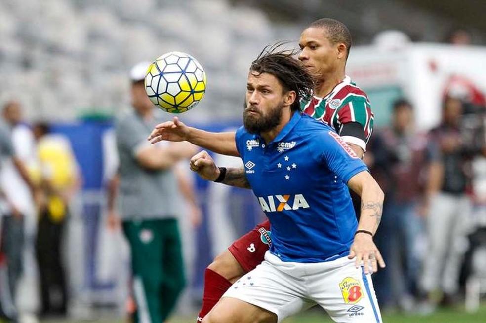 """Uniforme do Cruzeiro na temporada 2016 com a marca da """"Super 8"""" no calção — Foto: Washington Alves/Cruzeiro"""