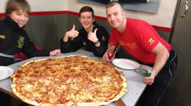 Pessoas compartilham pizza gigante da Pinhead's Pizza, na Irlanda (Foto: Divulgação)