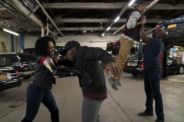 Misty Knight (Simone Missick) e Luke Cage (Mike Coulter): pancadaria em cena da série (Foto: Divulgação / Netflix)