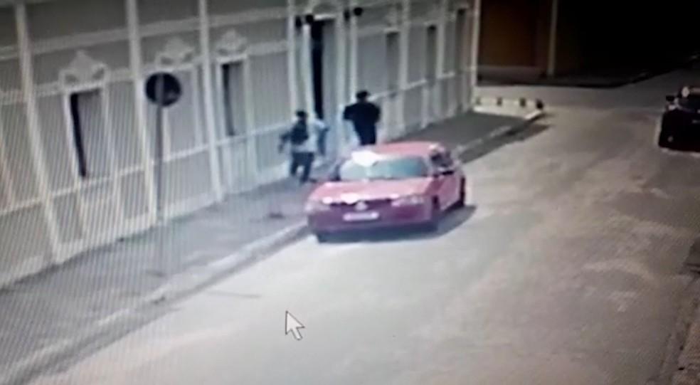 Câmera registrou suspeitos de assalto a joalheria em Pedro II — Foto: Reprodução/TV Clube